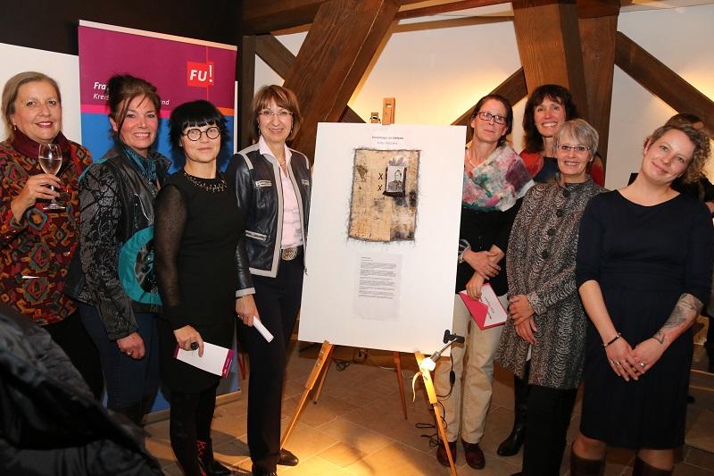Bild v.l.: Jurymitglieder Sabine Schicke, Janett Brown Schulze, Iwona Fankulewska, Barbara Woltmann, sowie die Künstlerinnen Katja Wigberts, Vorsitzende Corinna Martens, Beate Lama und Katja Staats
